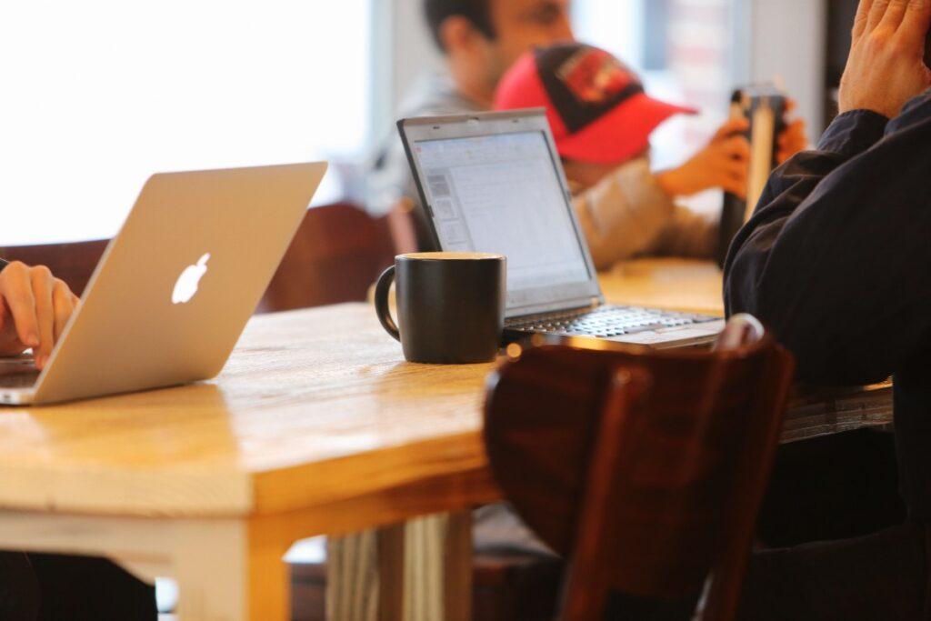 notebooks_cafe_blog_mobile_businessmen_social_network_technology-1087325